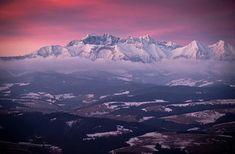 "HORSKÝ SVET / MOUNTAIN WORLD na Instagrame: ""Autor: @pindelman Nádherný záber Tatier 😍 . Beautiful photo of the Tatras 😍 . OZNAČ l TAG #horskysvet @horskysvet…"" Mount Everest, Mountains, Nature, Travel, Beautiful, Instagram, Author, Naturaleza, Viajes"