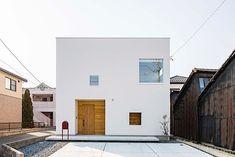 真っ白な壁とキューブ型の外観。注文住宅ならではのスタイリッシュでシンプルかつオリジナリティにあふれる外観は、まさに憧れの住宅そのもの。景観に映える爽やかなホワイトキューブの家をまとめてご紹介します。 Facade Design, Exterior Design, House Design, Muji Home, Architecture 101, Box Houses, Japanese House, Facade House, Future House