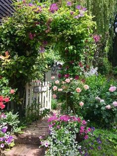 Beautiful Small Cottage Garden Design Ideas For Backyard Ins.- Beautiful Small Cottage Garden Design Ideas For Backyard Inspiration Beautiful Small Cottage Garden Design Ideas For Backyard Inspiration Japanese Garden Design, Small Garden Design, English Garden Design, Small English Garden, English Flower Garden, Garden Types, Garden Paths, Garden Landscaping, Fence Garden