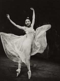Dame Margot Fonteyn (British Prima Ballerina in Ondine . A 3 act ballet originally created by Sir Frederick Ashton as a vehicle for Margot Fonteyn -Iconic moment captured, she is far older in this picture than the spirit dancing so light freely. Margot Fonteyn, Isadora Duncan, Ballerina Dancing, Ballet Dancers, Bolshoi Ballet, Firebird, Vintage Ballet, Vintage Circus, Ondine