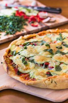 Farmer's Market Pizza // loaded with veggies, feta, mozarella, sausage and made-from-scratch goodness via Canuck Cuisine Sausage Recipes, Pizza Recipes, Cooking Recipes, Healthy Recipes, Healthy Meals, Strudel, Quiche, Farmers Market Recipes, Stromboli