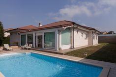 Chalet de una planta con 1.000 m² de parcela y piscina en Somo. Muy cercano a la playa y al golf de Pedreña.