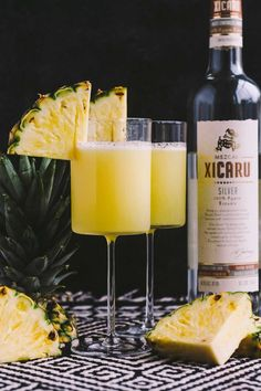 smoky pineapple mezcal margaritas with vanilla bean are the perfect fun cocktail to celebrate cinco de mayo! the smoke & bite of good mezcal is balanced with the natural sweetness of pineapple juice & vanilla bean. Mezcal Cocktails, Mezcal Margarita, Mojito, Beste Cocktails, Easy Cocktails, Cocktail Drinks, Cocktail Recipes, Popular Cocktails, Sweet Cocktails