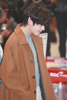 Kim Taehyung wearing a brown jacket With black mullet fluffy hair at the airport Daegu, V Taehyung, Bts Boys, Bts Bangtan Boy, K Pop, V Bts Cute, Bts Airport, Brown Jacket, Bts Photo