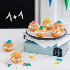 Snack idea for schooling: ABC-Mini-Berliner Looking for a sweet snack for school? Colorful and thematically fitting? For all ages? Then just serve these mini Berliners with sprinkles and ABC decor! Snackidee zur Einschulung: ABC-Mini-Berliner 3 Source by Cake Pops, Philadelphia Torte, Just Serve, School Snacks, Sprinkles, Food And Drink, Sweet, Recipes, Picknick Snacks