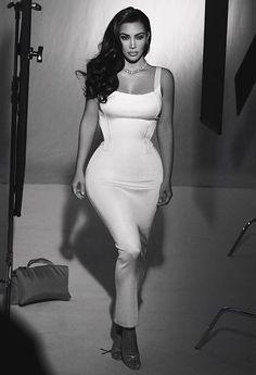 Kim Kardashian poses with longtime makeup artist Mario Dedivanovic Robert Kardashian, Looks Kim Kardashian, Kardashian Style, Young Kim Kardashian, Kardashian Fashion, Kardashian Family, Kardashian Jenner, Kylie Jenner, White Bandage Dress