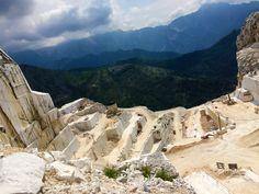 In diesen toskanischen Steinbrüche wird der weltberühmte Carrara-Mamor abgebaut. Am Fuße des Mamorgebirges steigt man in einen Jeep, der die mit Helm und Warnweste ausgestatteten Besucher in einer waghalsigen Fahrt über eine enge und steile Schotterpiste nach oben in die Steinbrüche bringt. In der Höhe angekommen erzählt ein Guide nicht gerade uninteressante Dinge über die weißen Schätze der Region. An diesem Ort schwebt man wortwörtlich mit dem Kopf in den Wolken. Mount Rushmore, Mountains, Nature, Travel, Getting To Know, Levitate, Tourism, Clouds, Italy