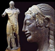 """El """"Apolo de Veyes"""", del siglo VI a. C., es una terracota de tamaño natural que sirvió de antefija en el frontón de un templo etrusco. Es una de las obras maestras de la escultura etrusca."""