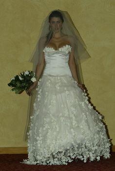 robe de mariée garnie de pétales sur mesure