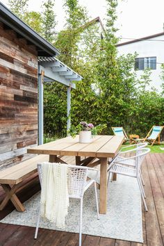 Ugh, looking at this outdoor space is making us long for the LA coast right about now.