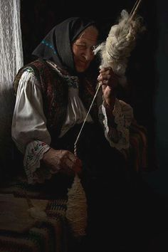 Old customs preserved - Wool spinning Photo: Ionel Onofras Spinning Wool, Hand Spinning, Romanian People, Drop Spindle, Folk Fashion, Working People, People Around The World, Belle Photo, Fiber Art