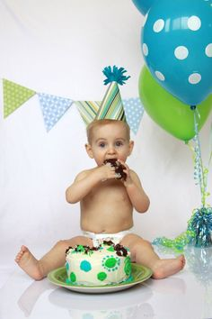 DIY CAKE SMASH PHOTOSHOOT | get unbelievably cute first birthday photos with a cake smash photoshoot - and save money by doing it yourself! post walks you through setup, props, lighting, and more! #photography #cakesmash #DIY