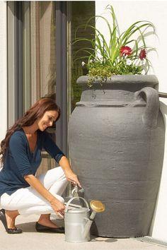 Zbiornik został zaprojektowany z myślą o wszystkich zwolennikach śródziemnomorskiego klimatu. Dzięki charakterystycznej konstrukcji antycznej wazy, możesz stworzyć w swoim ogrodzie klimat starożytnej Grecji. Poza pięknym wyglądem zbiornik AMFORA gwarantuje dodatkowe korzyści: ekologiczne – oszczędność zasobów naturalnych oraz finansowe – zmniejszone opłaty za wodę. Dlatego zamiast płacić wysokie rachunki, możesz zacząć zbierać deszcz i podlewać nim rośliny w domu lub ogrodzie. #zerowaste Water Bottle, Water Bottles