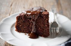 Chocolate and beetroot cake with chocolate ganache Beetroot makes this rich chocolate cake super moist and extra delicious. Beetroot Chocolate Cake, Chocolate Ganache Cake, Chocolate Chips, Bird Cakes, Cupcake Cakes, Cupcakes, Sweet Recipes, Cake Recipes, Baking Tins