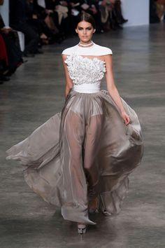 Wat een prachtig couture werk door Stephane Rolland. Het handwerk is een eye catcher waardoor het in balans is met de doorzichtige rok.