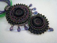 Anhänger Perlenstickerei Pfauenfeder Lila Smaragdgrün von BeadFizz