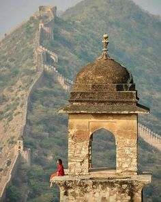 This magnificent fort comprises an extensive palace complex, built from pale yellow and pink sandstone, and white marble, and is divided… Beautiful World, Beautiful Places, Places To Travel, Places To Visit, Pune, Magic Places, Amer Fort, Amazing India, Last Minute Travel