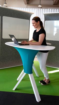 STEP IN is a completely new kind of electric standing desk. It supports your standing position and posture in a fresh, revolutionary way.