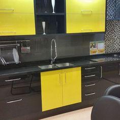 Cozinha preta e amarela Showroon Leroy Merlin