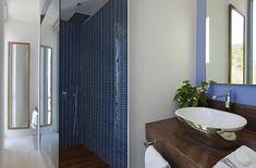 Une des salles de bains de cette maison de vacances avec une douche italienne