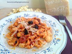 Orecchiette al sugo con olive, arance e pecorinoOrecchiette lavorate a regola…