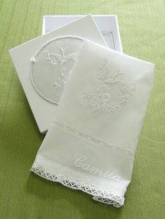 Caixa de MDF forrada em fustão com medalhão bordado e   Toalhinha para Batismo bordada na cambraia de linho.  Opção de bordado.