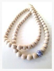 woonketting met keramiek kraal . SOYZ.nl Wooden Bead Necklaces, Wooden Beads, Beaded Jewelry, Beaded Necklace, Beaded Garland, Id Badge Holders, Prayer Beads, Bead Crafts, Farm House