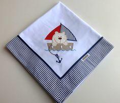 Cueiro de flanela bordado, com barrado em tecido listrado com azul marinho. Aconchegante, prático e tão lindo, que pode ser usado como manta! Tamanho: 78 x 80 cm Tecido: Flanela - 100% algodão