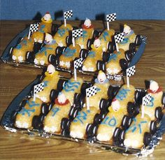 Cub Scouts Pinewood Derby Treat ... a Twinkie Pine wood derby car! Cub Scouts Bear, Girl Scouts, Weblos Scouts, Tiger Scouts, Camping Crafts For Kids, Hot Wheels Party, Wood Projects For Kids, Pinewood Derby Cars, Kiefer