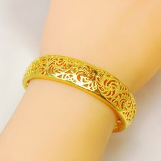 Plain Gold Bangles, Gold Bangles For Women, Gold Bangles Design, Jewelry Design, Fancy Jewellery, Gems Jewelry, Bridal Jewelry, Jewlery, Gold Fashion