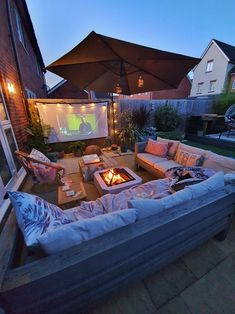 Outdoor Cinema, Outdoor Theater, Outdoor Fire, Backyard Movie, Fire Pit Backyard, Outdoor Rooms, Outdoor Living, Outdoor Furniture, Backyard Patio Designs