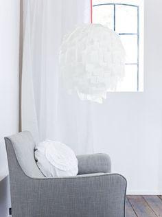 Van papier maak je heel simpel de mooiste accessoires. Wat dacht je van een hanglamp van A4-tjes?