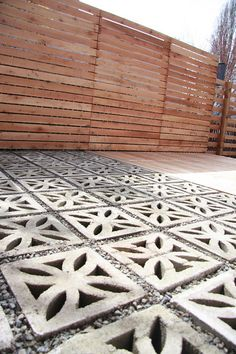 18 ideas for backyard stone patio diy outdoor spaces Decorative Concrete Blocks, Diy Patio, Front Yard, Modern Landscaping, Mid Century Landscaping, Pavers Diy, Patio Flooring, Breeze Block Wall, Concrete Decor