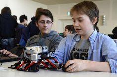 Geschäftiges Treiben herrscht in der Aula des Felix-Klein-Gymnasiums (FKG) in Göttingen. Schüler sitzen in Gruppen vor aufgeklappten Laptops und diskutieren....