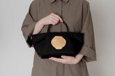 르 바또 쁘띠 B 골드 | 아이디어스 - 핸드메이드, 수공예 Le bateau petit Shoulder Bag, Bags, Fashion, Handbags, Moda, Fashion Styles, Shoulder Bags, Fashion Illustrations, Bag