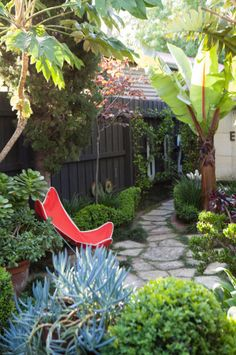 Narrow side yards are always a challenge. This one is very nicely done.