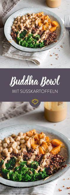 Eine bunte Auswahl gesunder Sattmacher hält diese Buddha Bowl für dich bereit. Buttrige Süßkartoffeln treffen auf Quinoa, Grünkohl und Kichererbsen.