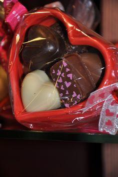 Coeur rouge garni de chocolats assortis