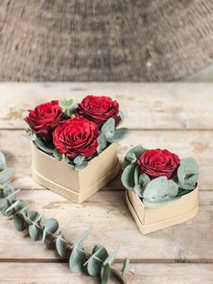 Flower boxes are currently very trendy as a gift idea. The roses stuck in heart boxes are flattered by some eucalyptus leaves – a very special way of saying 'I love you'. Dare and put a rose heart gift yourself! Because lovingly homemade gifts … Valentines Gift Box, Valentines Flowers, Flower Box Gift, Flower Boxes, All Flowers, Beautiful Flowers, Rosen Box, Box Roses, Diy Gift Box