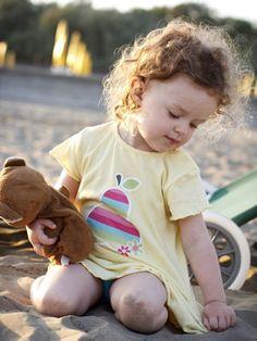 """Kiona signifiait """"colline dorée"""" en amérindien. Ce prénom rare pourrait bien séduire à nouveau des parents. D'autant que les Kiona sont sociables et très volontaires. Ce sont aussi des amies loyales dont on apprécie la diplomatie et la compréhension."""