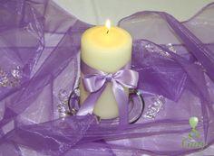 Krémová sviečka na svadbu s fialovou stuhou.