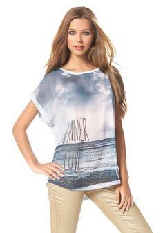 Luftig, lässiges Shirt mit allover Sommer Frontprint, transparenter Vordereinsatz und einer leichten Vokuhila Form, mit Turn-ups an beiden Kurzarmen.