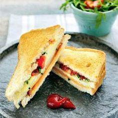 Air fryer tosti Beleg een snee brood met jong belegen kaas en leg daar een plak ham op. Snij de gedroogde tomaatjes fijn. Leg de tweede snee brood op de ham en leg daar de mozzarella en de gesneden gedroogde tomaatjes op. Strooi er fijn gesneden bieslook over en leg hierop de laatste snee brood. Leg de tosti in de airfryer en druk hem goed aan. Bak af en snij in driehoekjes.