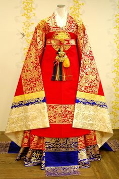 Korean Royal Wear. Original clothing made for queens and empresses were embroidered with gold thread.