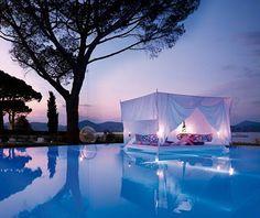 Amazing, bed surrounded by a pool ! [ SpecialtyDoors.com ] #bedroom #hardware #slidingdoor
