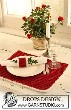 """Jolly Morning - Crochet DROPS place mat and serviette ring for your Christmas lunch in """"Cotton Viscose"""" and """"Symphony"""". - Free pattern by DROPS Design Crochet Winter, Holiday Crochet, Crochet Home, Crochet Gifts, Free Crochet, Free Knitting, Knitting Patterns, Crochet Kitchen, Christmas Crochet Patterns"""