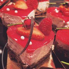 Alla hjärtans dag bakelsefransk kladdkaka med hallonmousse på italiensk maräng #sockermajas #Söndagskassen #hästevik #14feb