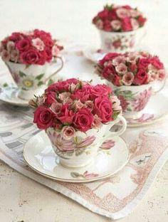 Little flower arrangements in vintage tea cups Vintage Tea, Vintage China, Dress Vintage, Shabby Vintage, Vintage Farmhouse, Vintage Floral, Farmhouse Decor, Deco Floral, Deco Table