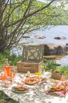 Revealing Flavors: {PICNIC II MENU} Tomato and green asparagus tart, In . - Revealing Flavors: {PICNIC II MENU} Tomato and green asparagus tart, free-range salad, strawberry l - Menu Picnic, Picnic Date, Summer Picnic, Picnic Ideas, Paleo Picnic, Beach Picnic, Picnic Parties, Picnic Recipes, Summer Aesthetic