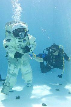 Hervé Stevenin estastronaute. Il teste son nouveléquipementdans une piscine marseillaise, le 2 septembre.